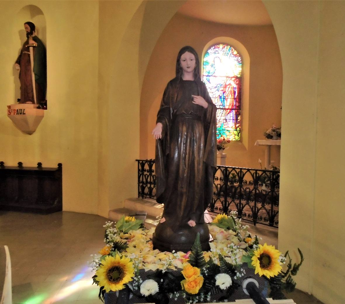 La statue de Marie parée pour la procession