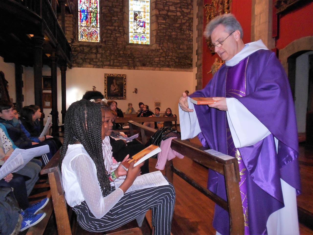 L'abbé leur remet les Saintes Évangiles