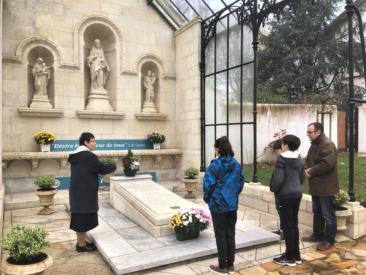 Recueillement sur la tombe du bienheureux père Cestac