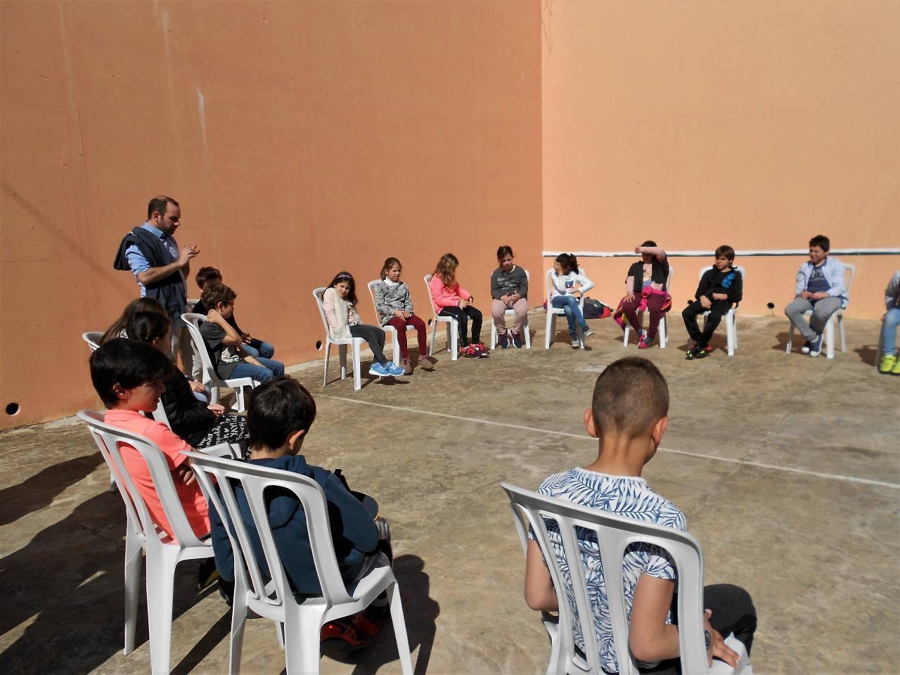 En fin de jeu, les enfants ont essayé de trouver des exemples où il faut être solidaires et non pas pratiquer le chacun pour soi.