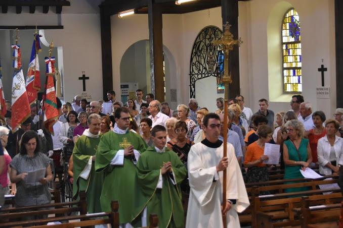 procession d'entrée derrière la Croix portée par Ronan, séminariste en vacances dans notre paroisse