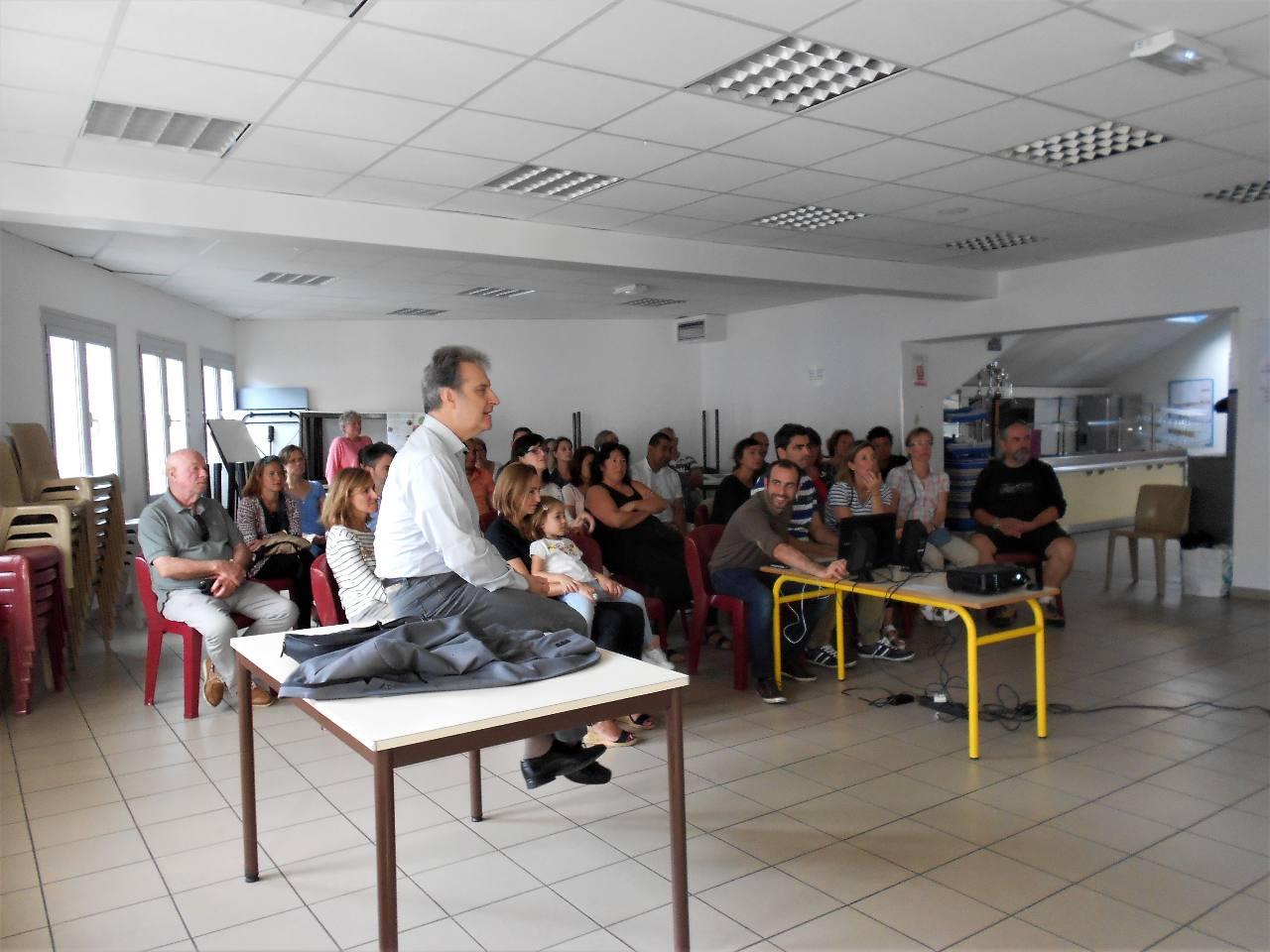 Iban à la technique et l'abbé Jean-Marc à l'orchestration du déroulement de la réunion