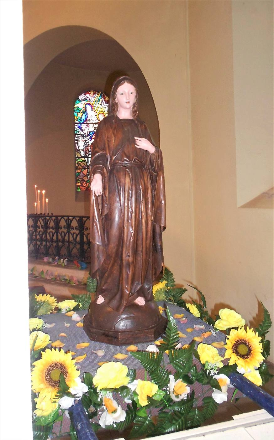 La statue de Marie, de la sacristie, fleurie pour la fête