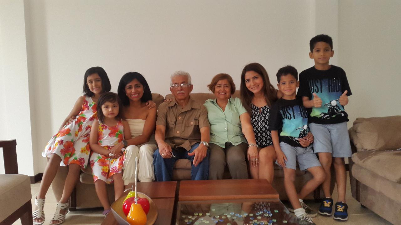 Edelberto, mon père ; Sally, ma mère ; Mariuxi, ma sœur cadette et ses fils Axel et Santiago