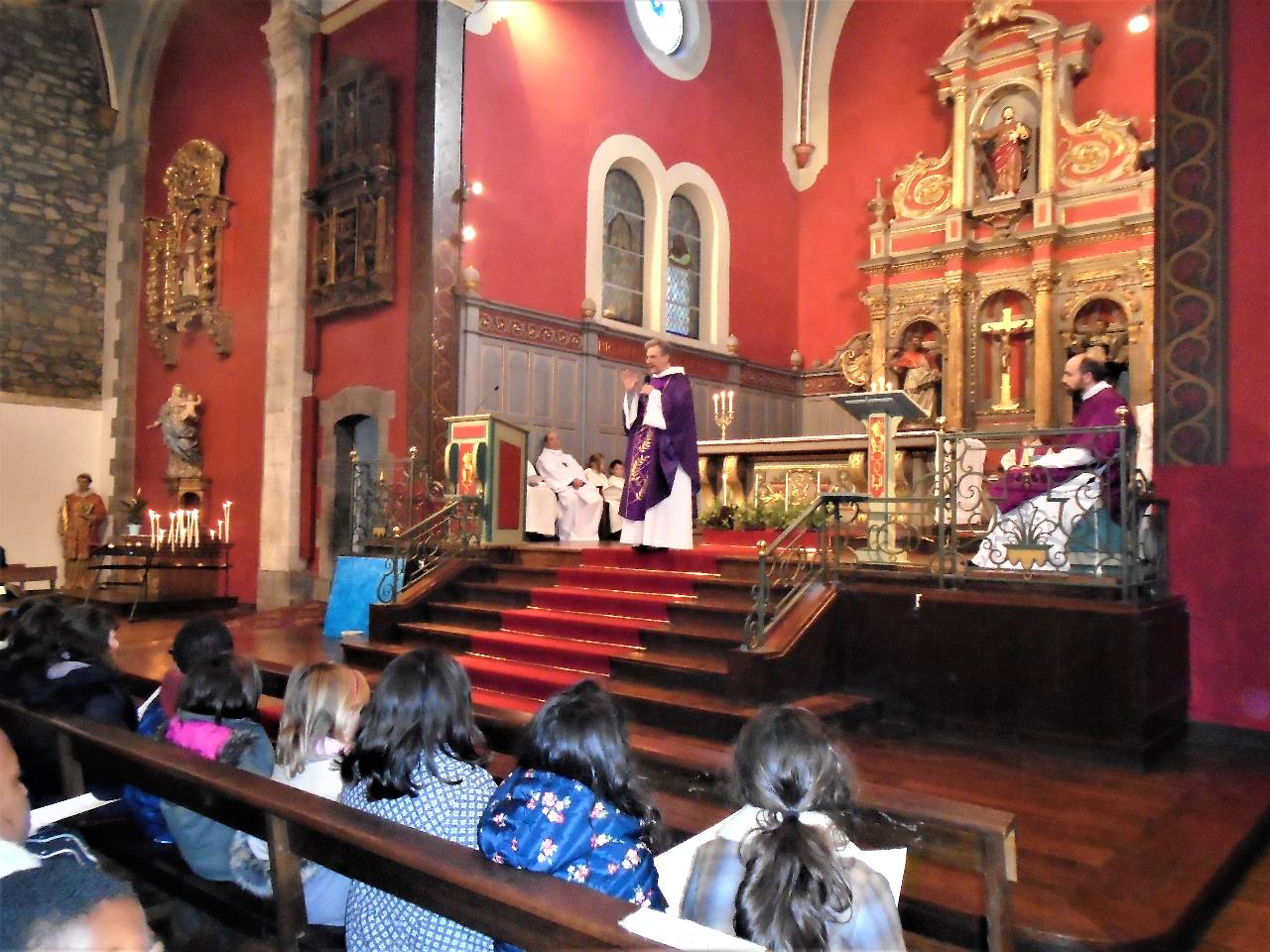 L'abbé Jean-Marc dit, notamment, aux enfants que le sapin, les guirlandes et les boules c'est très beau mais que le plus beau cadeau à attendre, c'est Jésus !