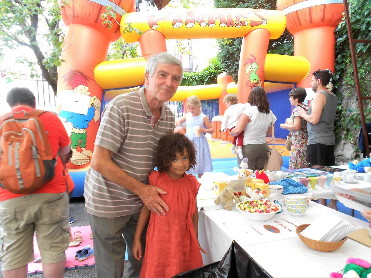 Gilbert, le grand timonier de la kermesse avec sa petite fille Elena