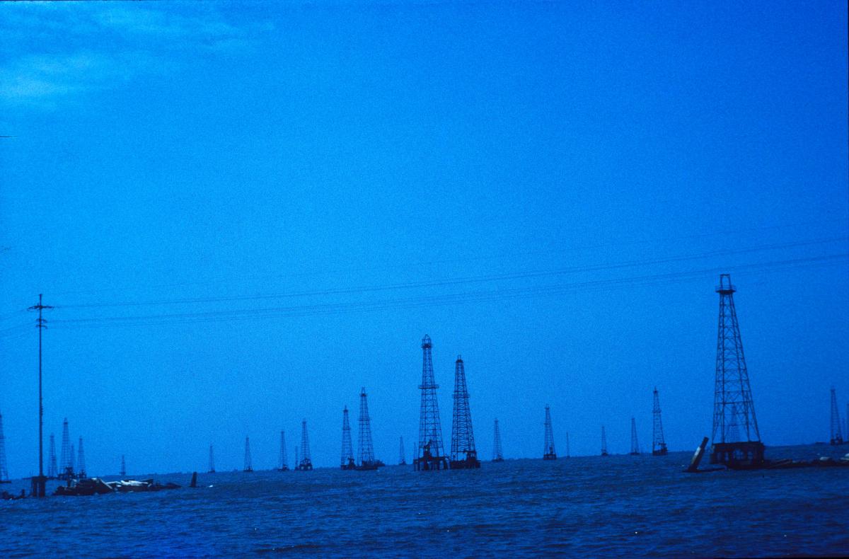 Venezuela, puits de pétrole dans la lagune de Tia Juana.jpg