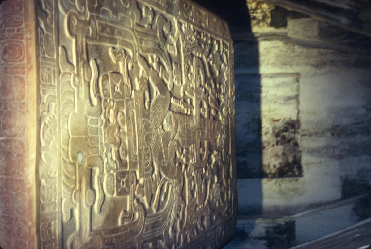 Palenque, l'énigmatique stèle funéraire à l'intérieur de la Pyramide des Inscriptions.jpg
