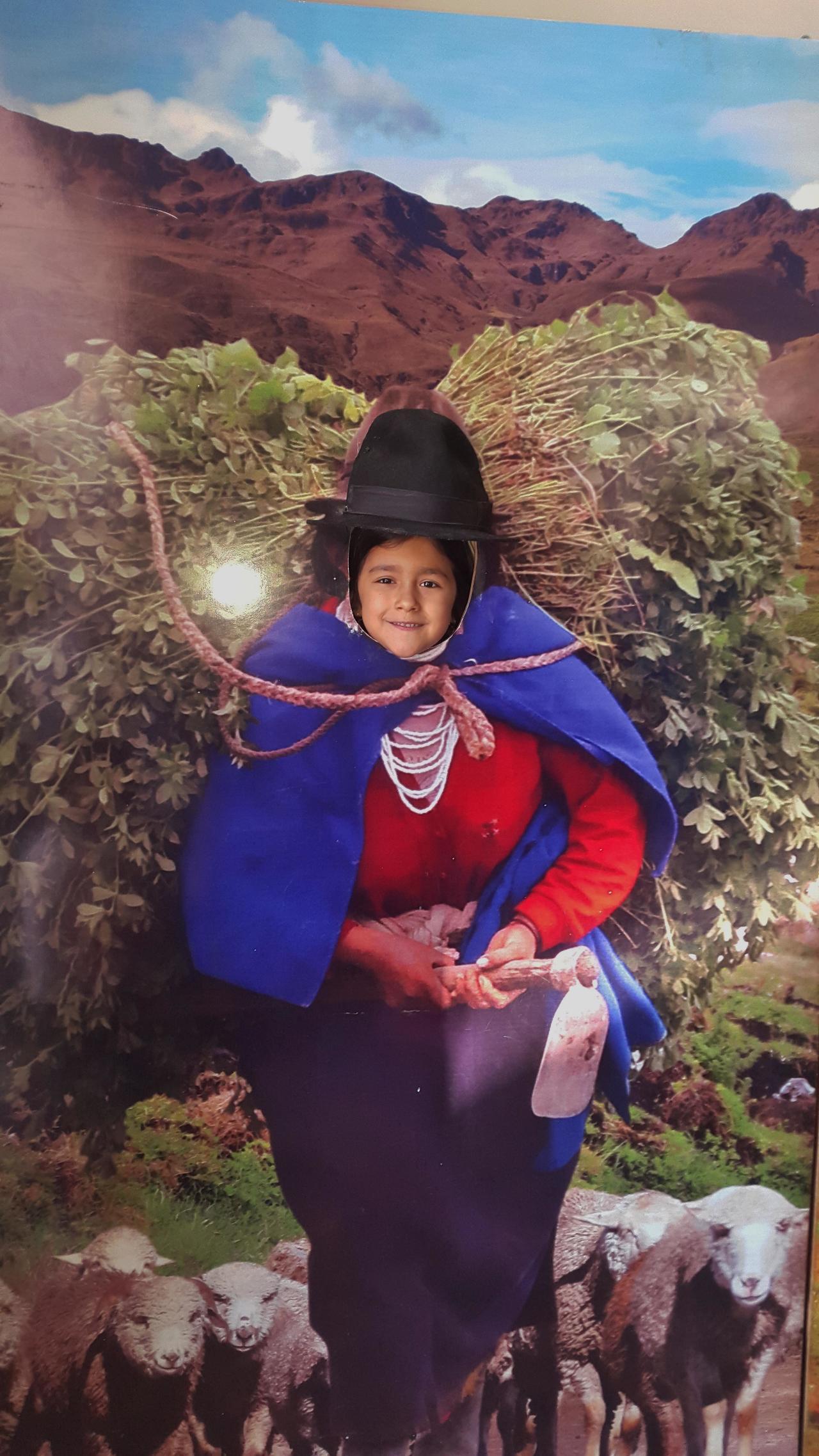 Comme elle ressemble à Léa cette paysanne équatorienne avec son troupeau, son dos chargé et sa bêche ?....