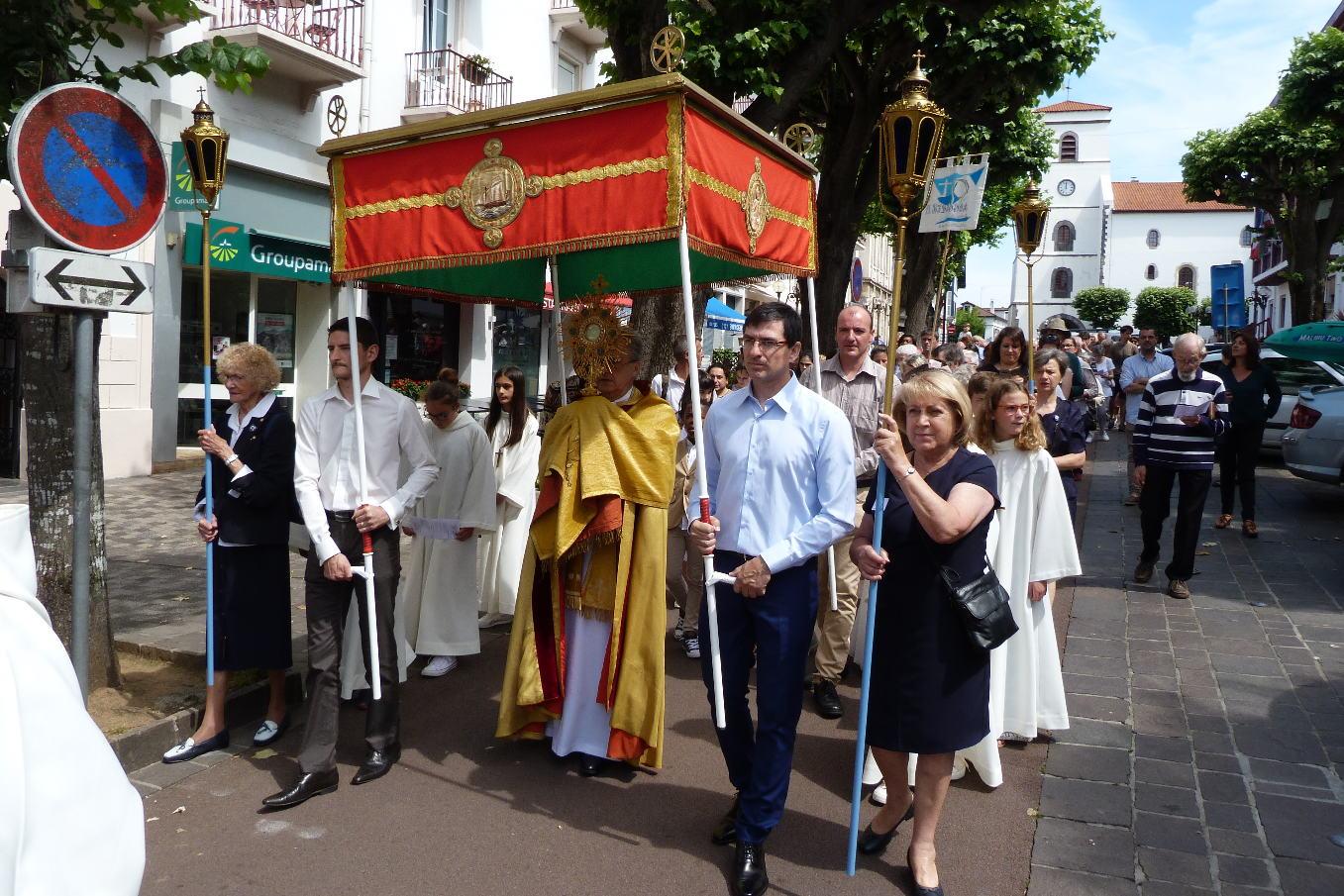 «Notre Dame de la Bidassoa» renoue avec la procession du Saint Sacrement