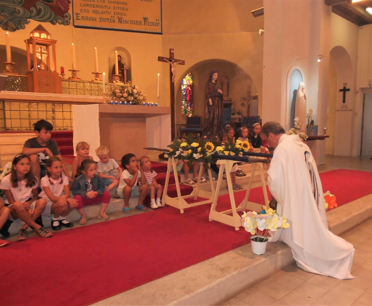 15 août 2019 – L'Assomption de Marie, Mère de Dieu – Le verre de l'amitié avec les vacanciers - L'«Ex-voto longboard »