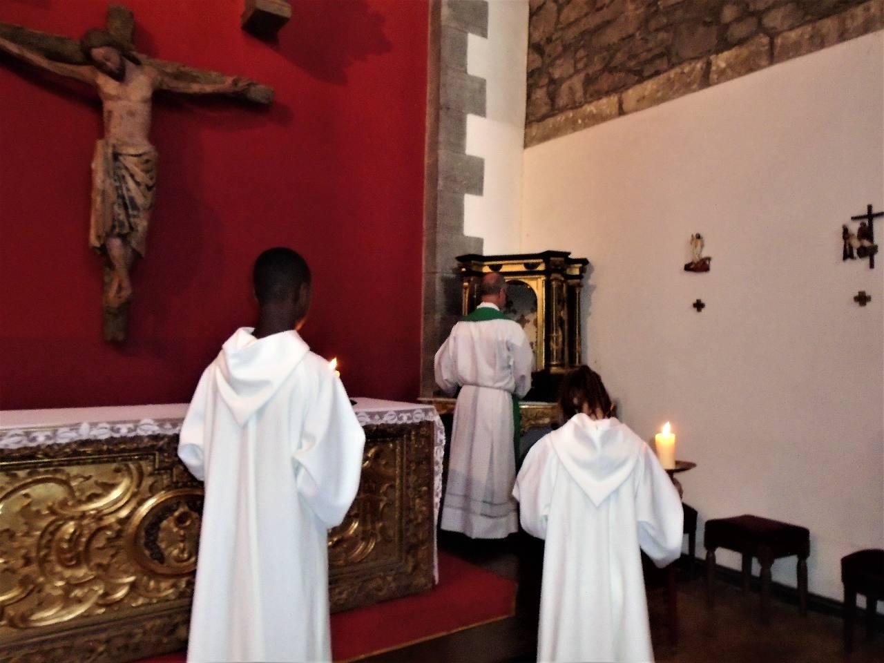 Après la communion, les hosties consacrées restantes reposent dans le Tabernacle. C'est la présence continue de Jésus offerte à tous ceux qui s'en approchent à tout moment