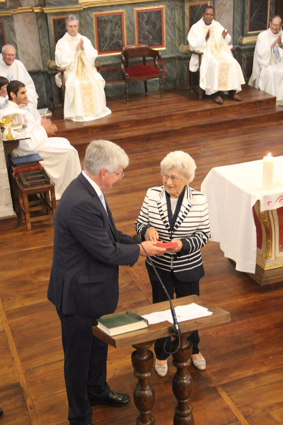 M. Morvan, Préfet des Pyrénées-Atlantiques, lui remet la Médaille d'honneur du Bénévolat associatif