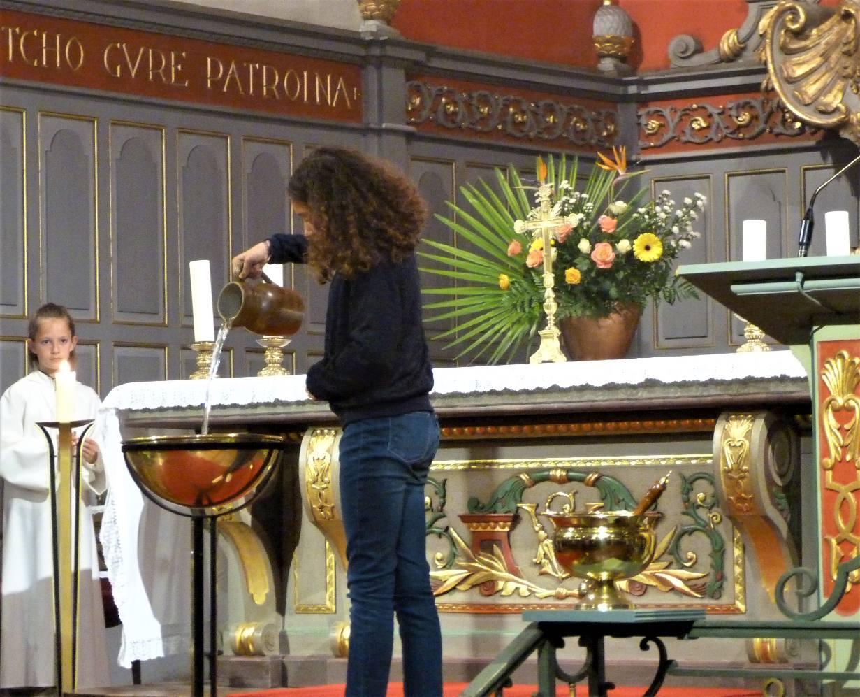 Lou verse l'eau pour le baptême de son père, Fabrice