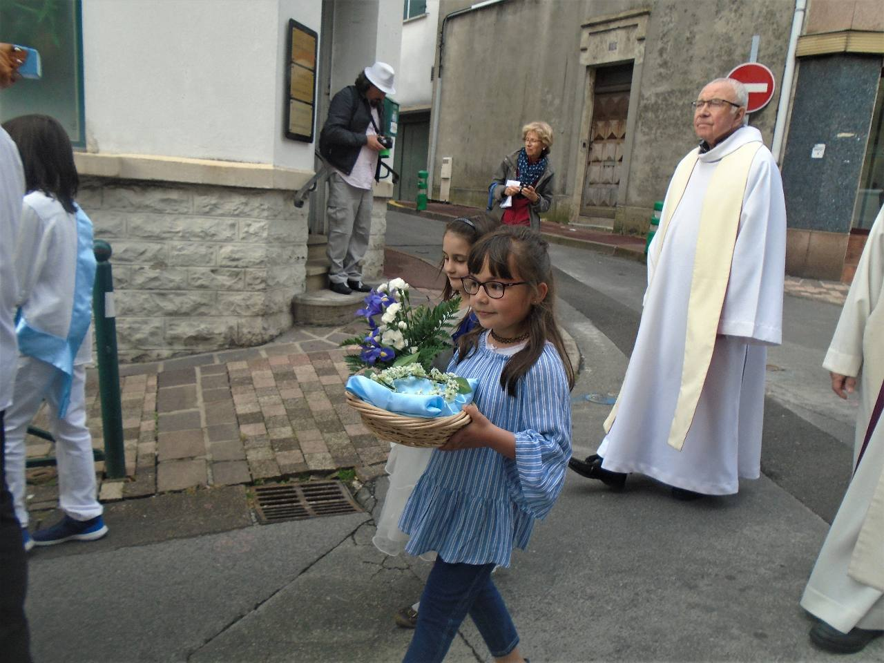 Les deux petites personnes les plus heureuses de la procession... après l'abbé Jean--Marc !