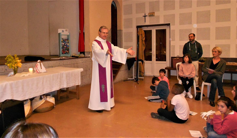 L'abbé Jean-Marc explique pourquoi de leurs mains, accueillantes, les enfants ont fait un oiseau
