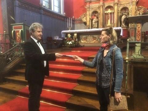 Mylène offre des masques à l'abbé Jean-Marc.jpg