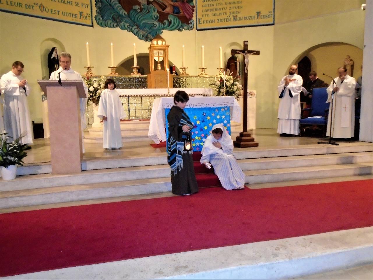 ... Les bergers repartirent ils glorifiaient et louaient Dieu ...   Marie, cependant, retenait tous ces événements et les méditaient dans son cœur.