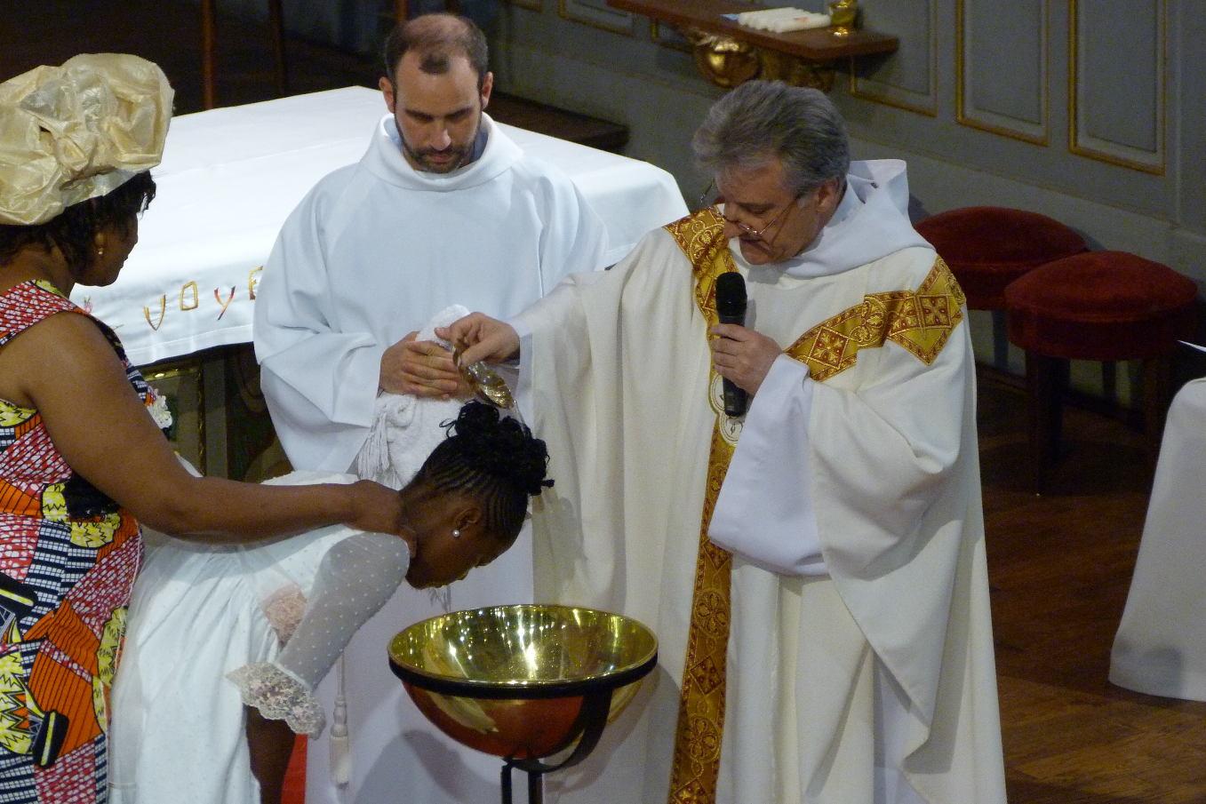 """""""Ryanna, je te baptise au nom du Père, et du Fils, et du Saint Esprit"""""""