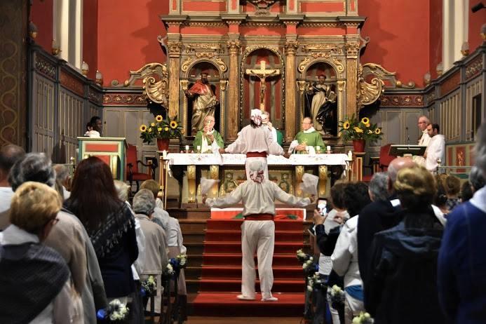 Final de l'hommage au Saint Sacrement - Ezpata dantza - La municipalité aussi a fait honneur à cette assemblée fraternelle en offrant la décoration de l'allée centrale aux couleurs d'Hendaye