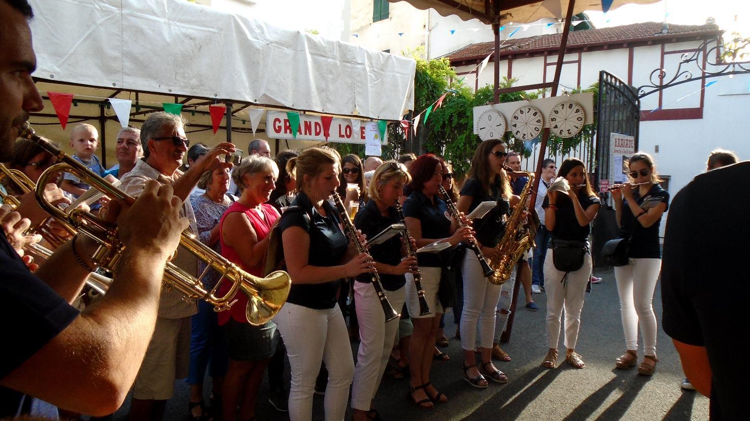 Les dames et un public enchanté avec un tout petit pas même impressionné par la puissance de la banda