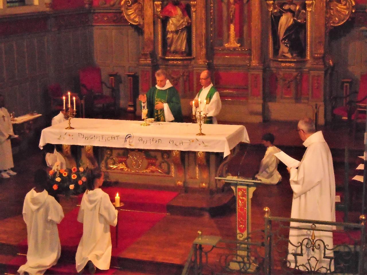 Le prêtre consacre le pain et le vin par l'appel de l'Esprit Saint pour qu'ils deviennent le Corps et le Sang de Jésus, dans une présence réelle
