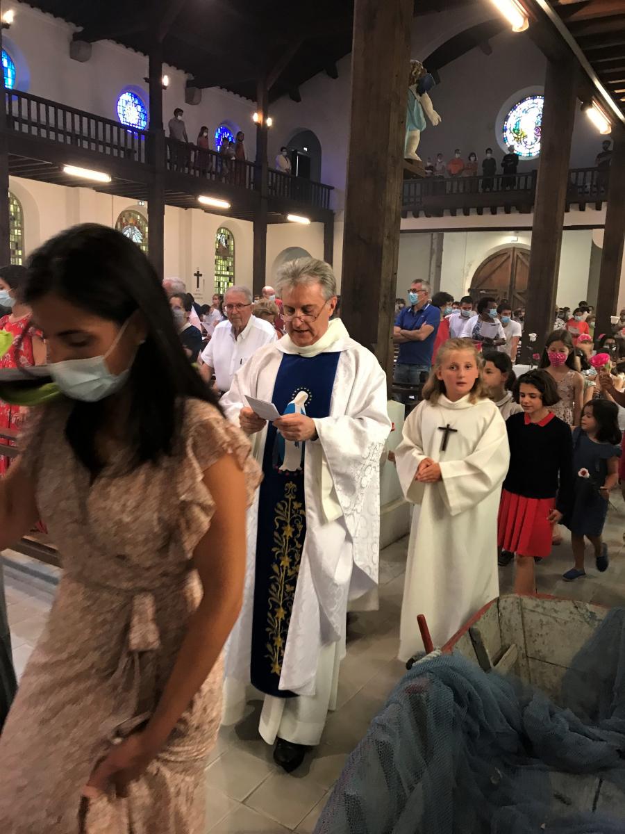 ... suivie de l'abbé Jean-Marc et des petits servant d'autel