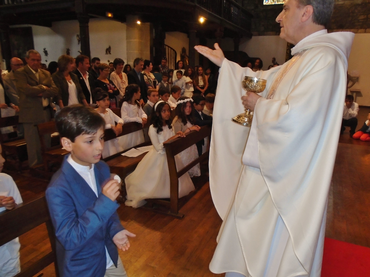 Le même recueillement jusqu'au dernier enfant et le prêtre invite l'assemblée à leur suite.