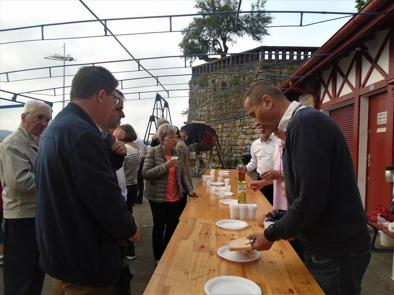Daniel, Alain et José à votre service ; venez partager un verre avec nous !