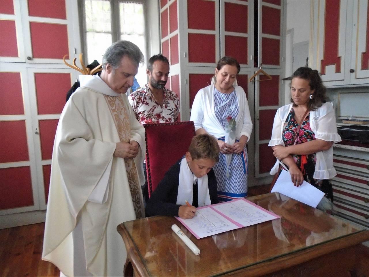 Maxence à la signature du registre des baptêmes