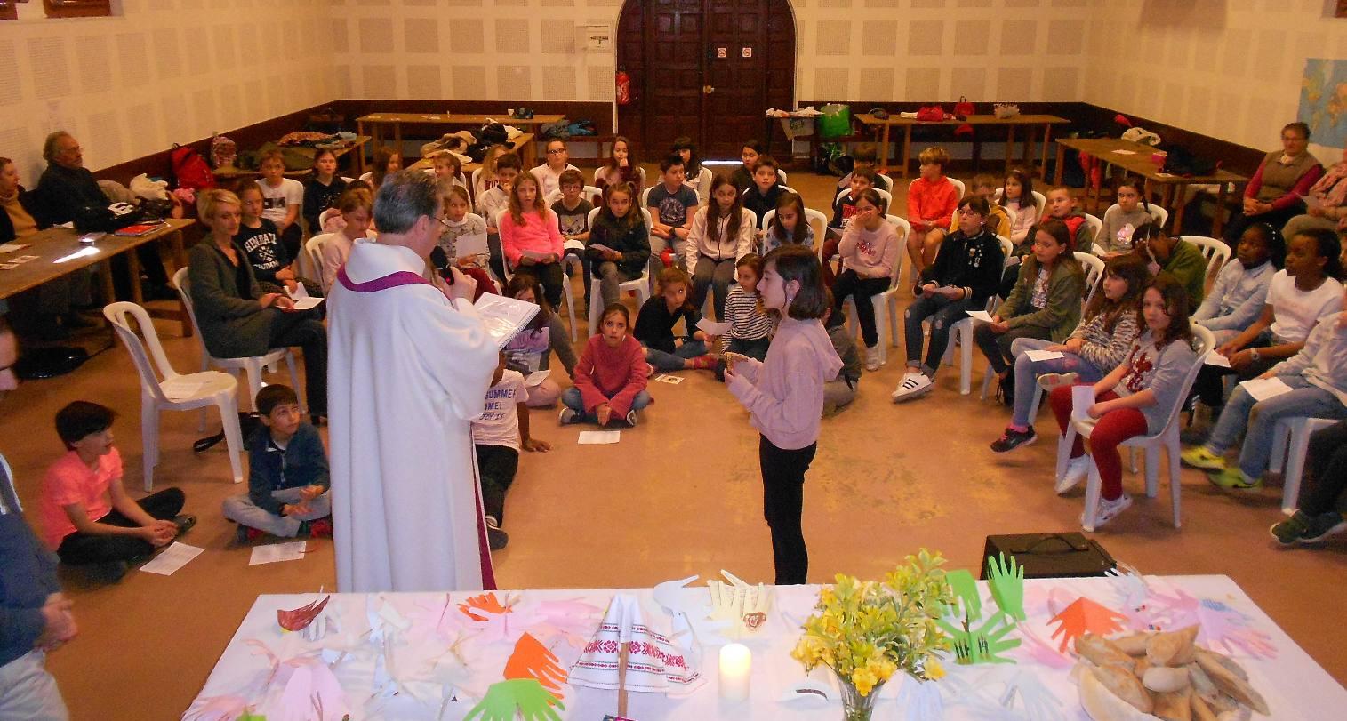 Lily tient la Croix du Seigneur