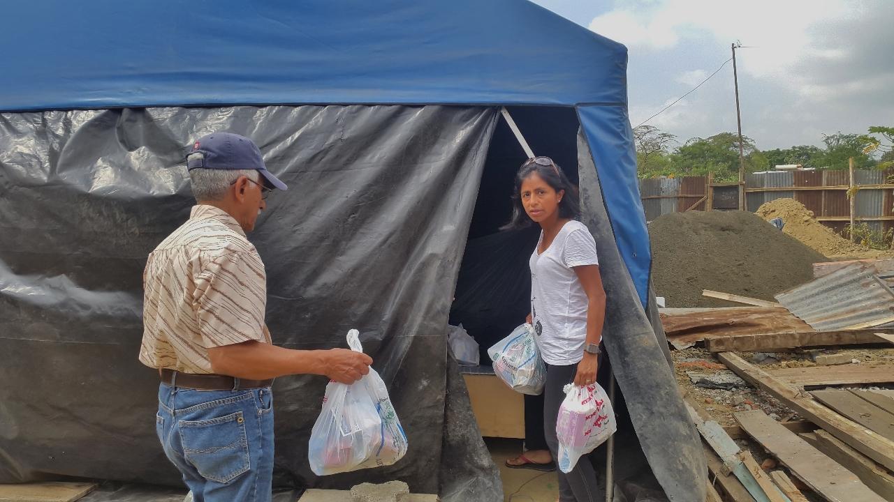 Avec mon père et ma sœur , nous avons préparé des sacs correspondant au nombre d'enfants par famille