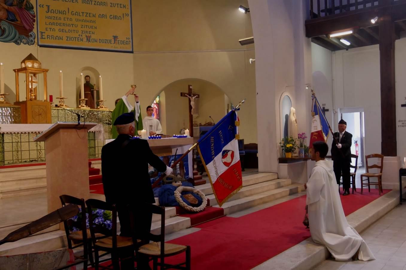 Adoration et le salut des drapeaux