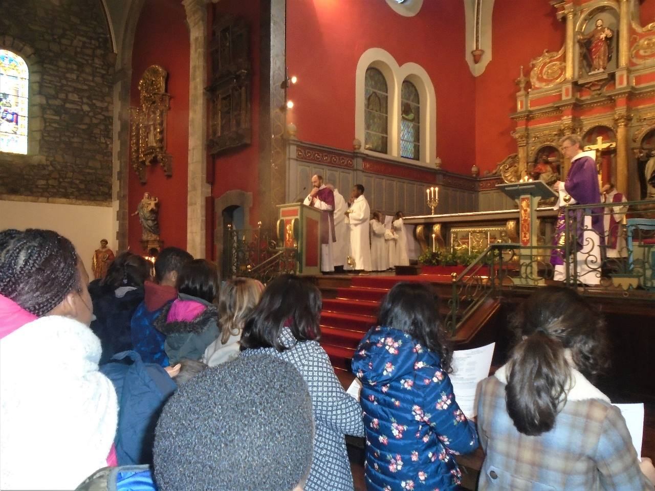 Notre diacre, Vincent-Marie, proclame l'Evangile
