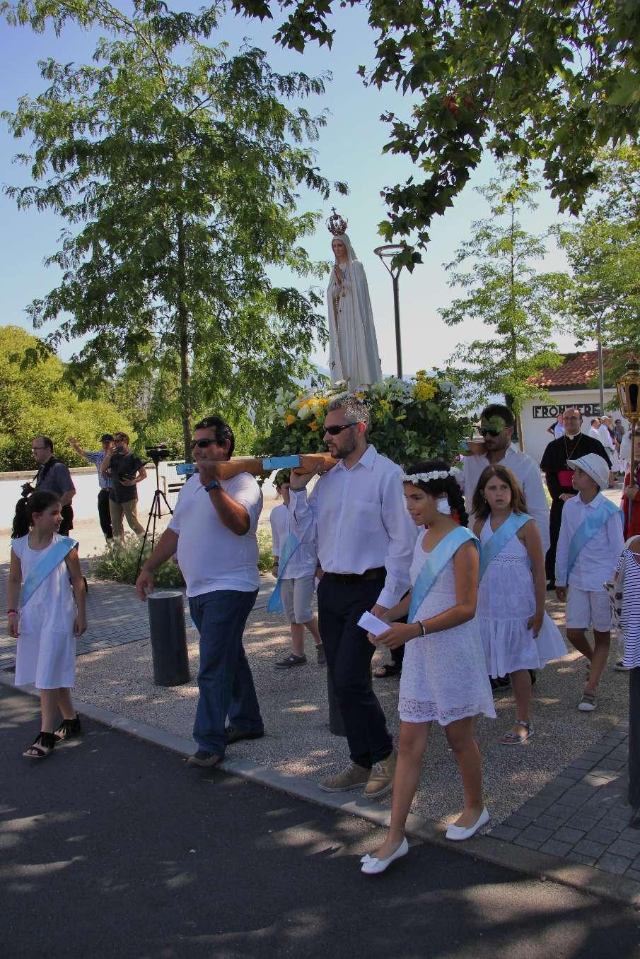 ... suivi de Notre Dame de Fatima entourée des enfants du CM2 (chaque porteur avec son enfant) et de quatre grands scouts Belhara portant une lenterne