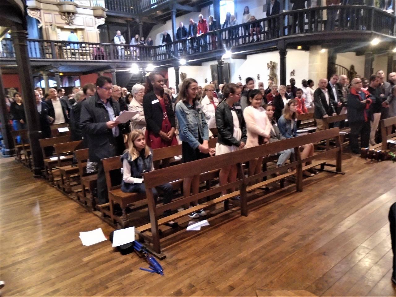 . En se levant et en disant «Me voici», ils expriment leur désir de recevoir le Sacrement de la Confirmation.