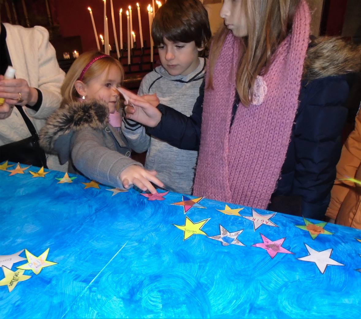 Une toute petite, heureuse, car sa grande cousine lui a donné son étoile à coller !