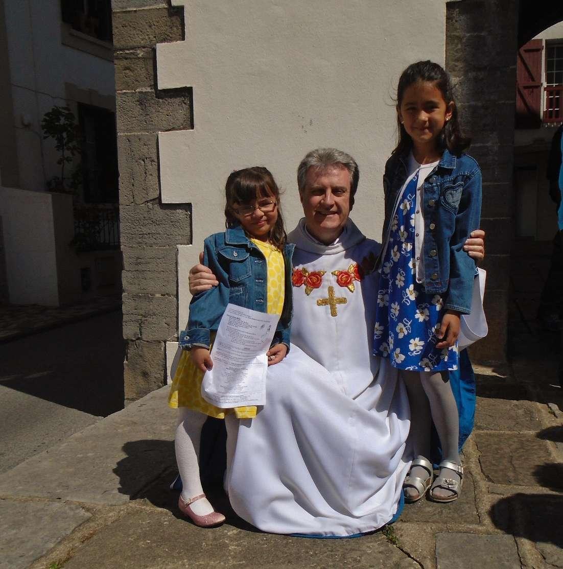 ... de même pour la très sérieuse Léa envers Angela, sa petite soeur, aussi à l'aise avec l'abbé Jean-Marc qu'avec ses copains et copines !