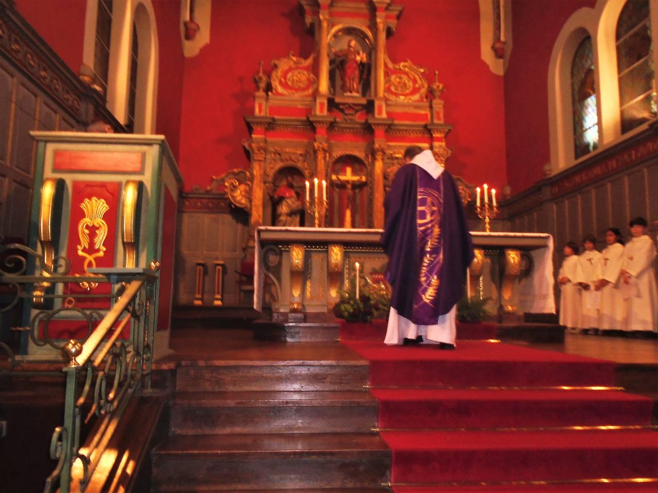 L'abbé Jean-Marc a allumé la 1e bougie du temps de l'Avent