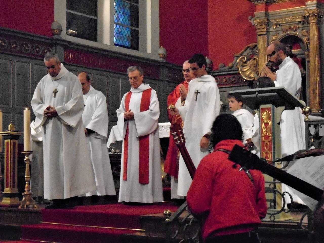 A la suite des prêtres, les nouveaux confirmés sont envoyés dans le monde