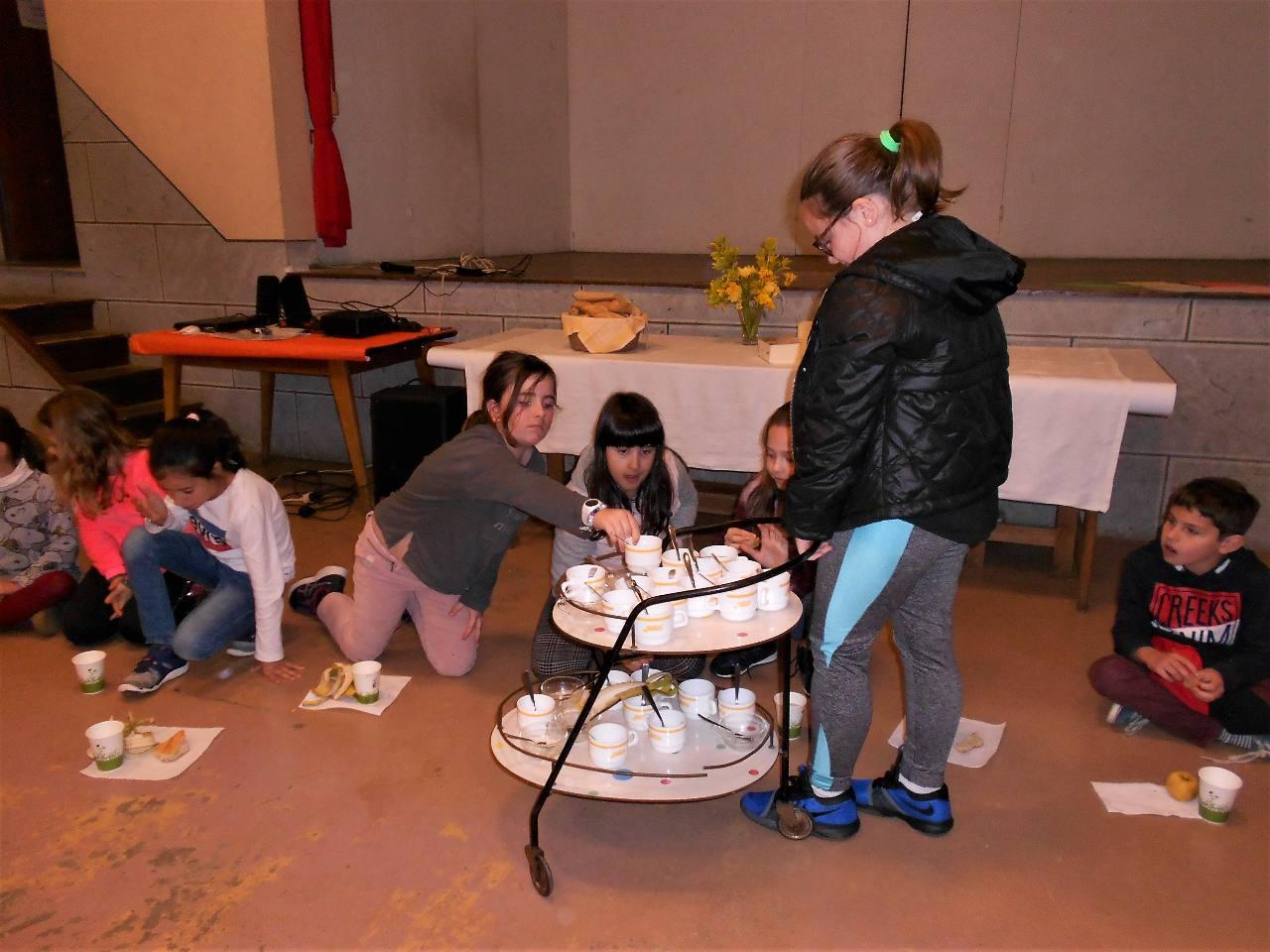 Puis c'est le ramassage des tasses vides. Plusieurs enfants nous ont aidé de différentes façons tout au long de la journée. Bravo !