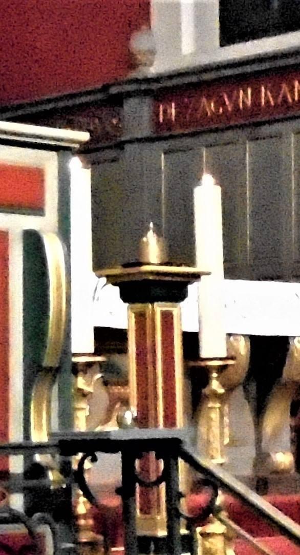 L'onction d'huile sacrée (chrême) est utilisée afin de signifier l'emprise pénétrante et douce de l'Esprit Saint dans l'âme.