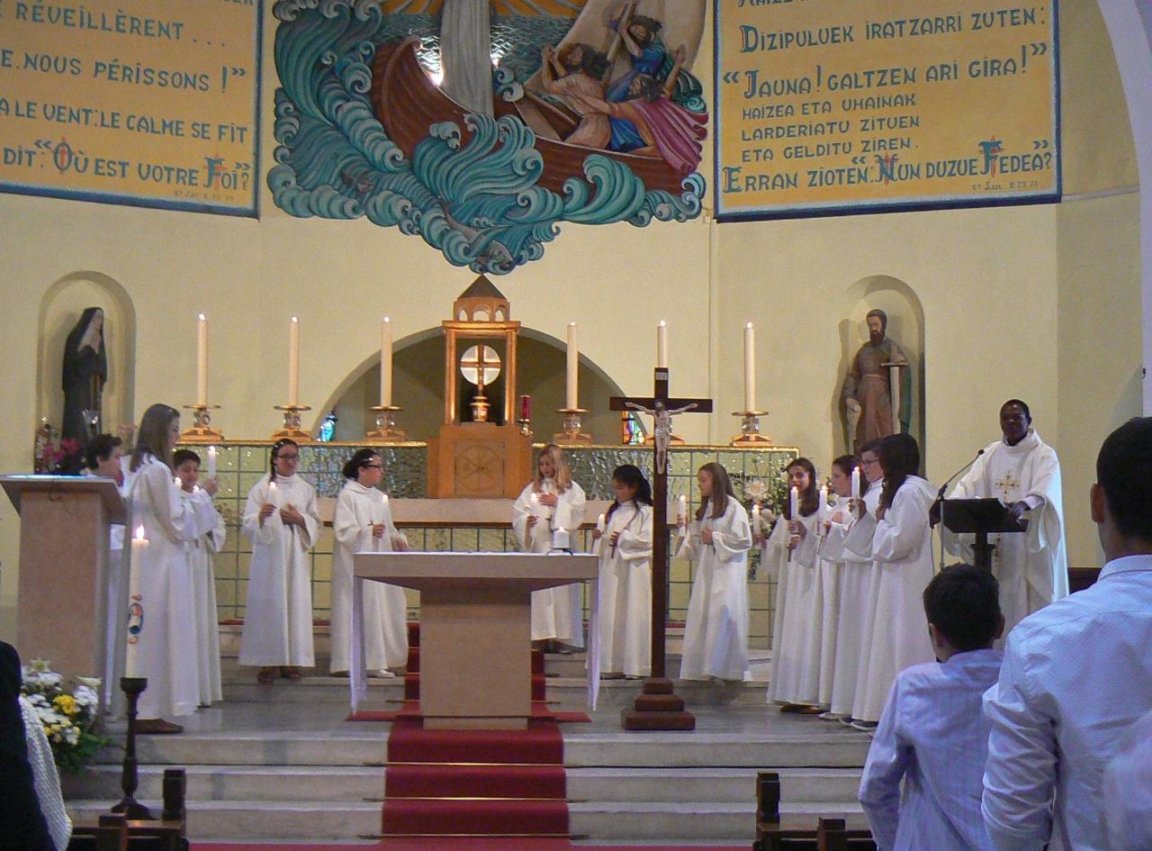Vêtus de blanc, ayant renouvelés les signes des chrétiens, ils sont prêts pour professer leur foi :