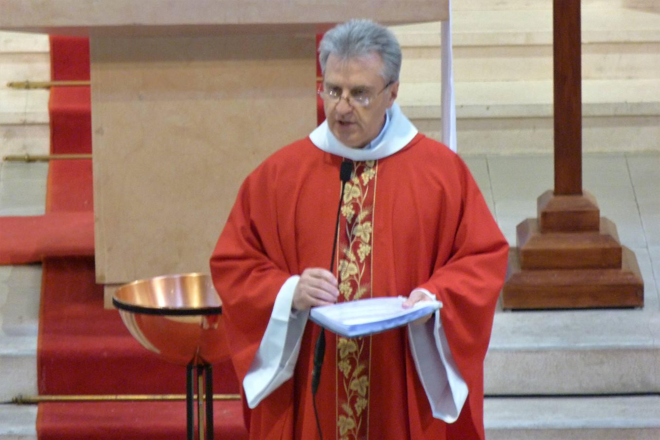 L'abbé Jean-Marc présente la démarche des enfants et les appellera un par un pour qu'un parent vienne leur remettre leur Croix