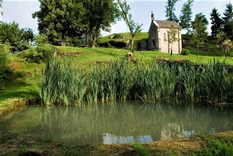 Grotte, source et chapelle de saint Colomban àSainte-Marie-en-Chanois; la chapelle a été reconstruite auXIXesiècle.