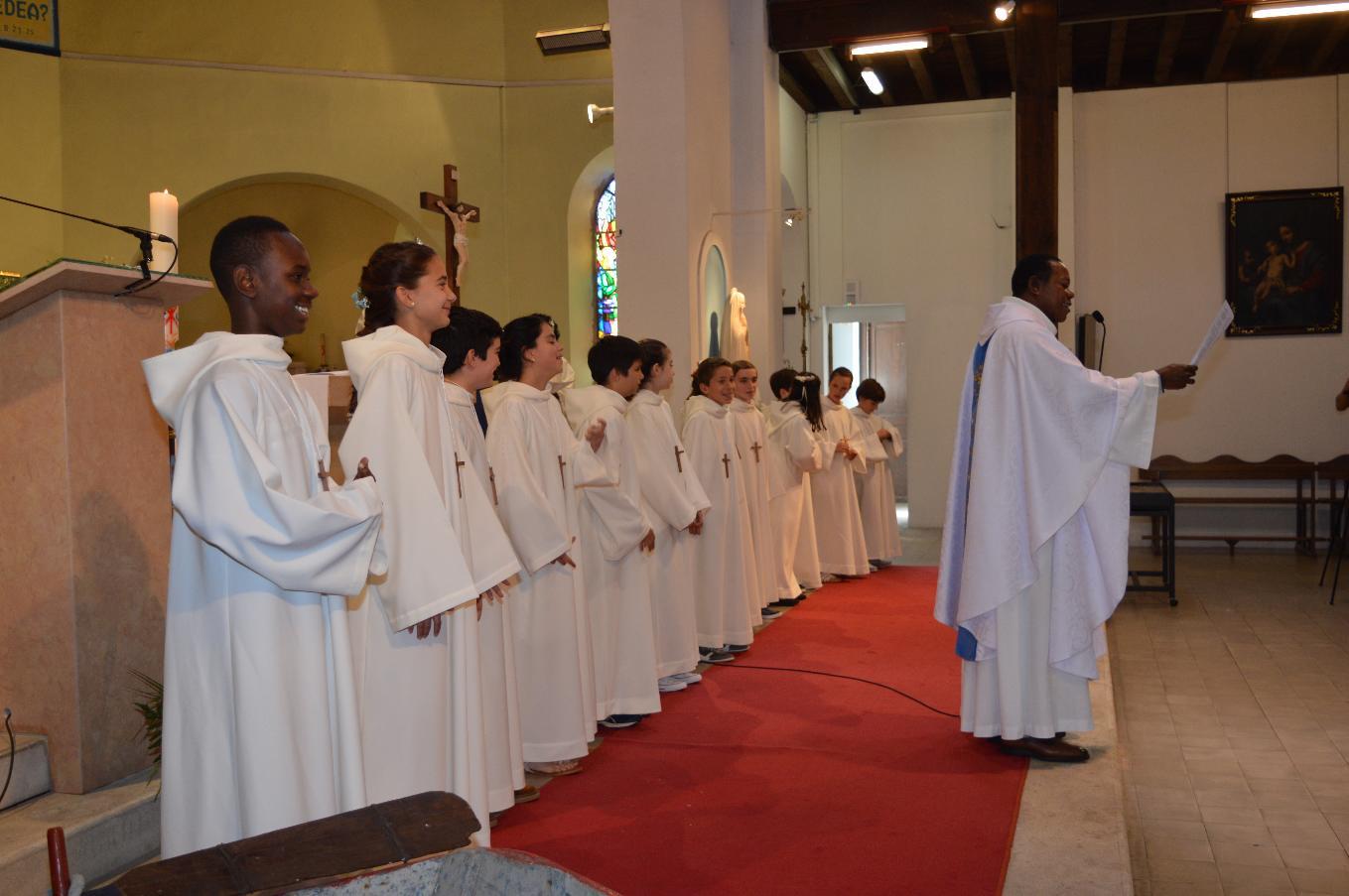 """Le vêtement blanc, la Croix, la Lumière : ♫♫ """"Je veux chanter pour Jésus, Il est le Roi...."""