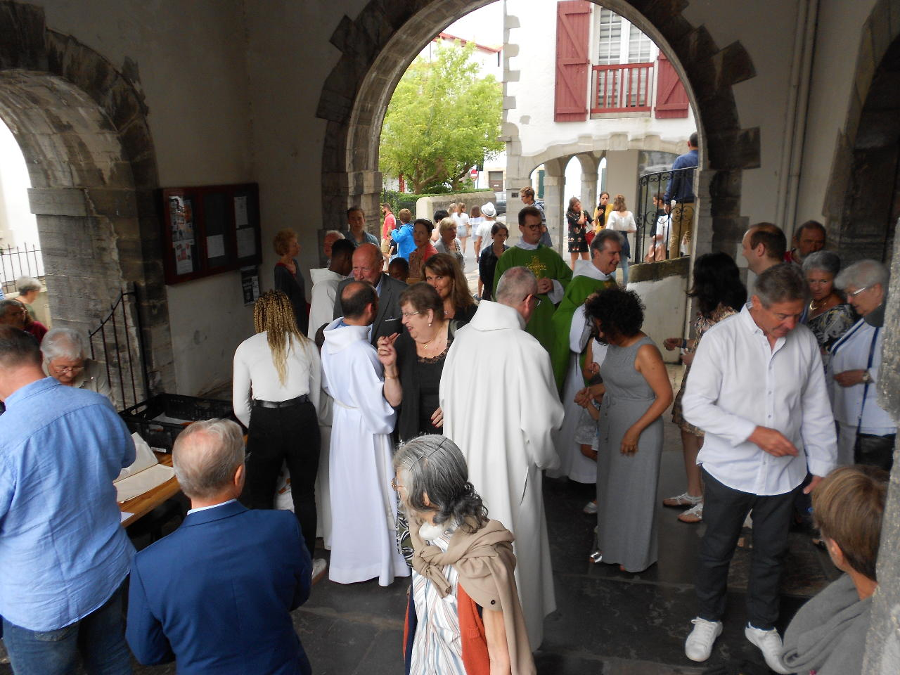 """Les """"grands enfants"""" qui sortent de la messe, eux aussi, sont joyeux ! et..."""
