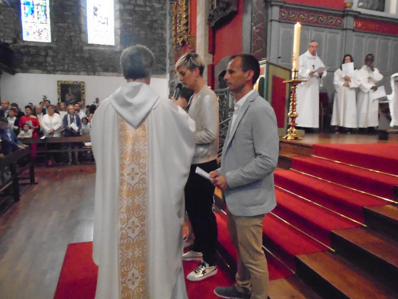 En Français, en Basque et en Espagnol, trois parents accueillent l'assemblée