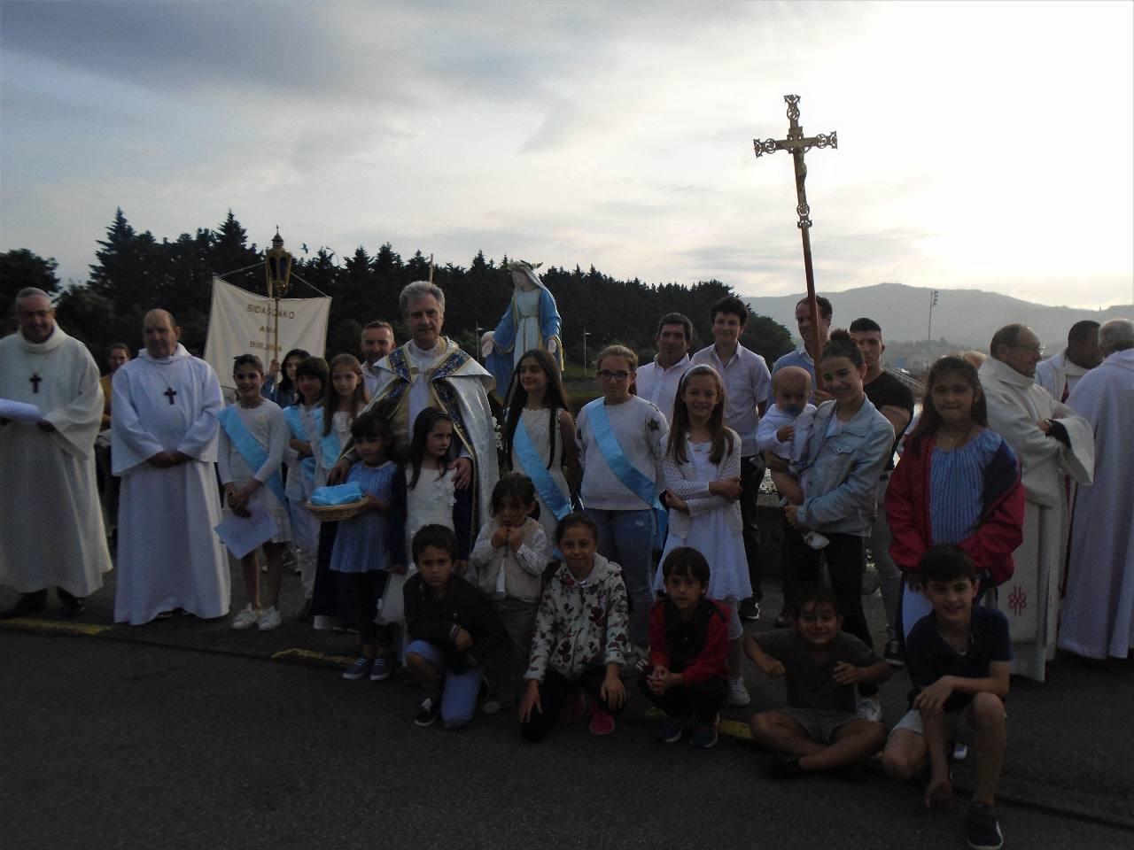 ... sans oublier les autres enfants, petits et grands, qui ont suivi la procession