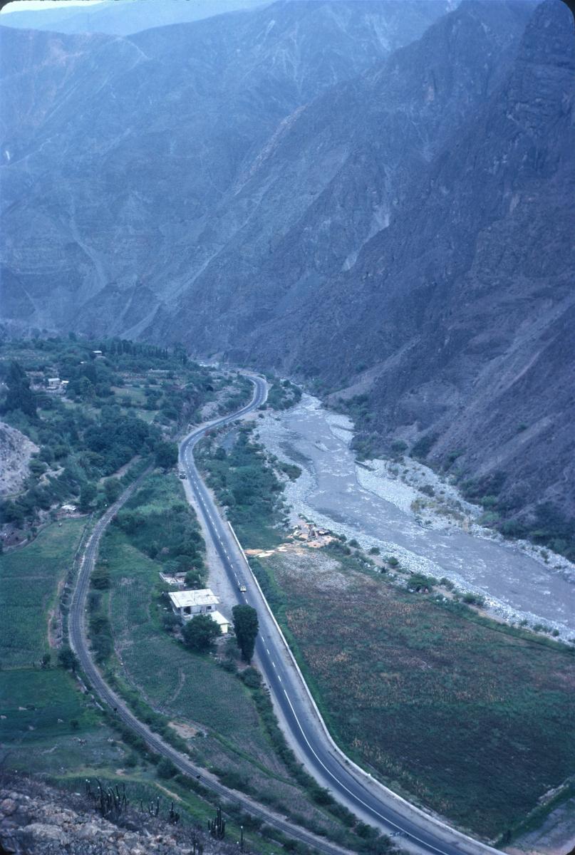 Routes et voies ferrées longent les rivières au pied des hautes montagnes.jpg